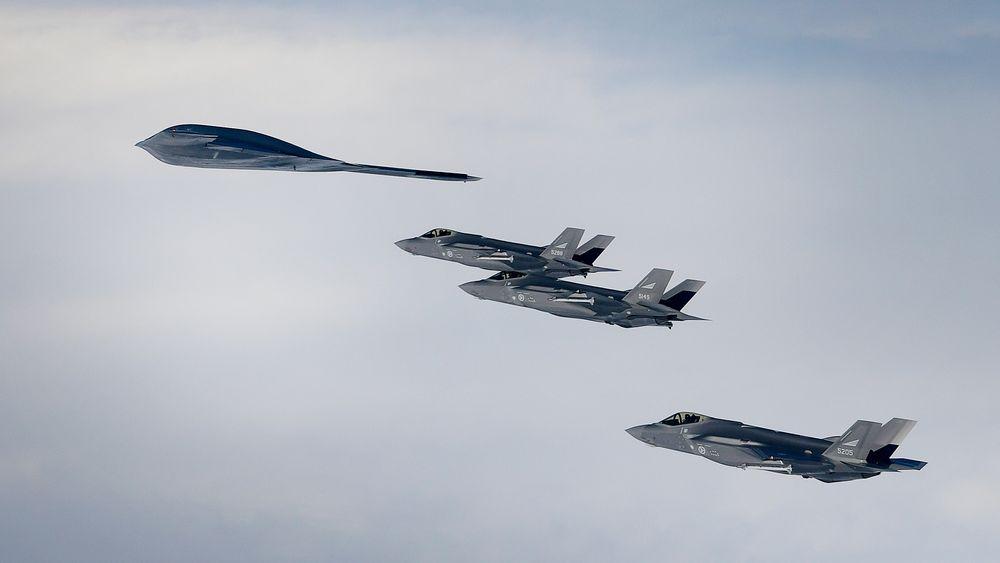 Stealth-møte over Island: Her er tre av de fire norske F-35A-flyene sammen med et B-2 Spirit.