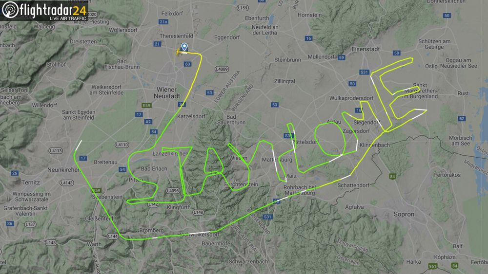 Et småfly i Østerrike ga denne beskjeden til verden ved sin navigasjon: Stay home (bli hjemme).