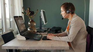 Forsvarets fysioterapeut har 6 råd: Slik sitter du riktig ved kjøkkenbordet
