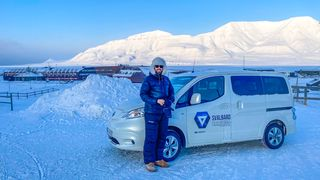 - Elbil er perfekt for Svalbard, sier Espen Rotevatn. Selv om strømmen kommer fra kullkraft, og det nesten aldri blir varmt i bilen.