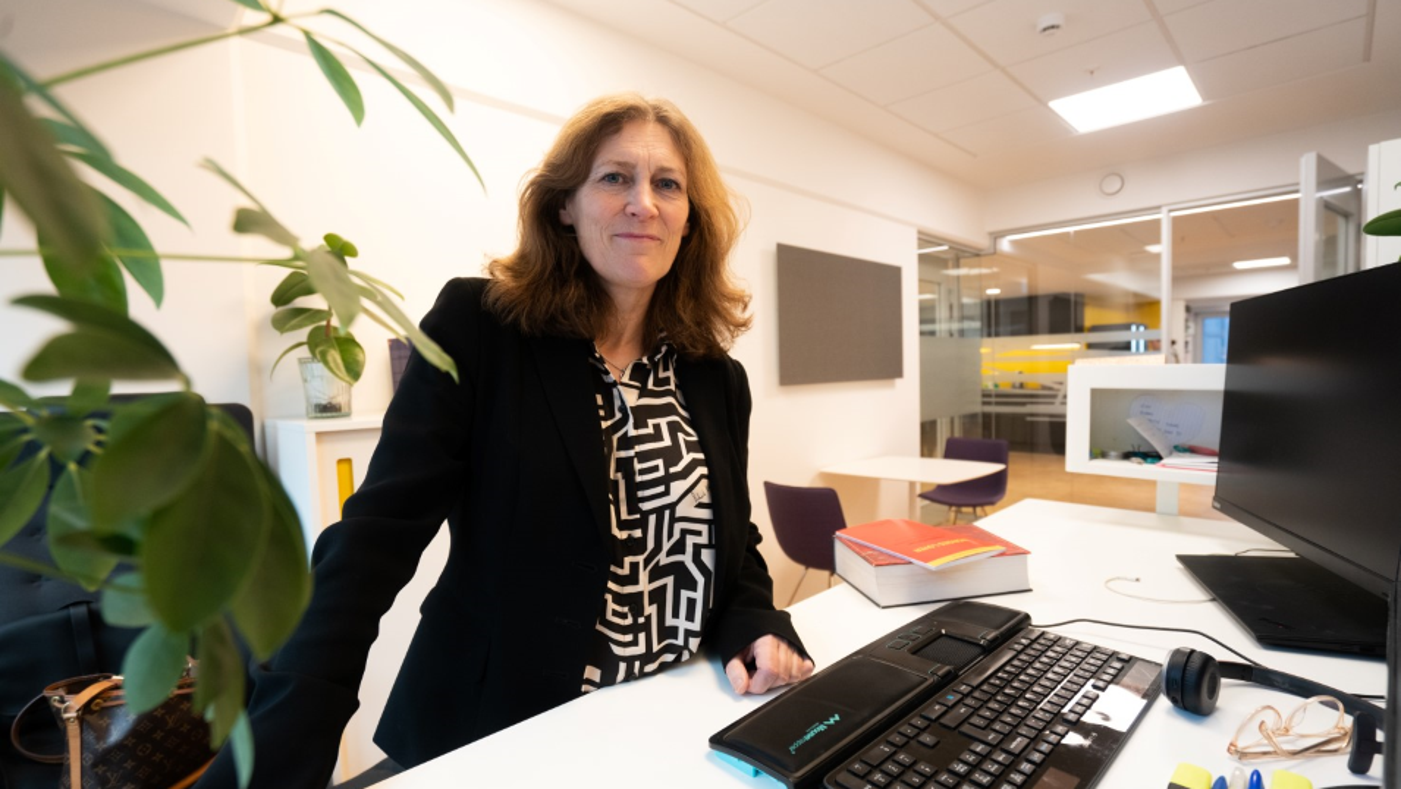 Anne Cathrine Hunstad leder Teknas juridiske avdeling og melder om henvendelser fra medlemmer som er bekymret for om det kommer permitteringer som følge av Korona-viruset.