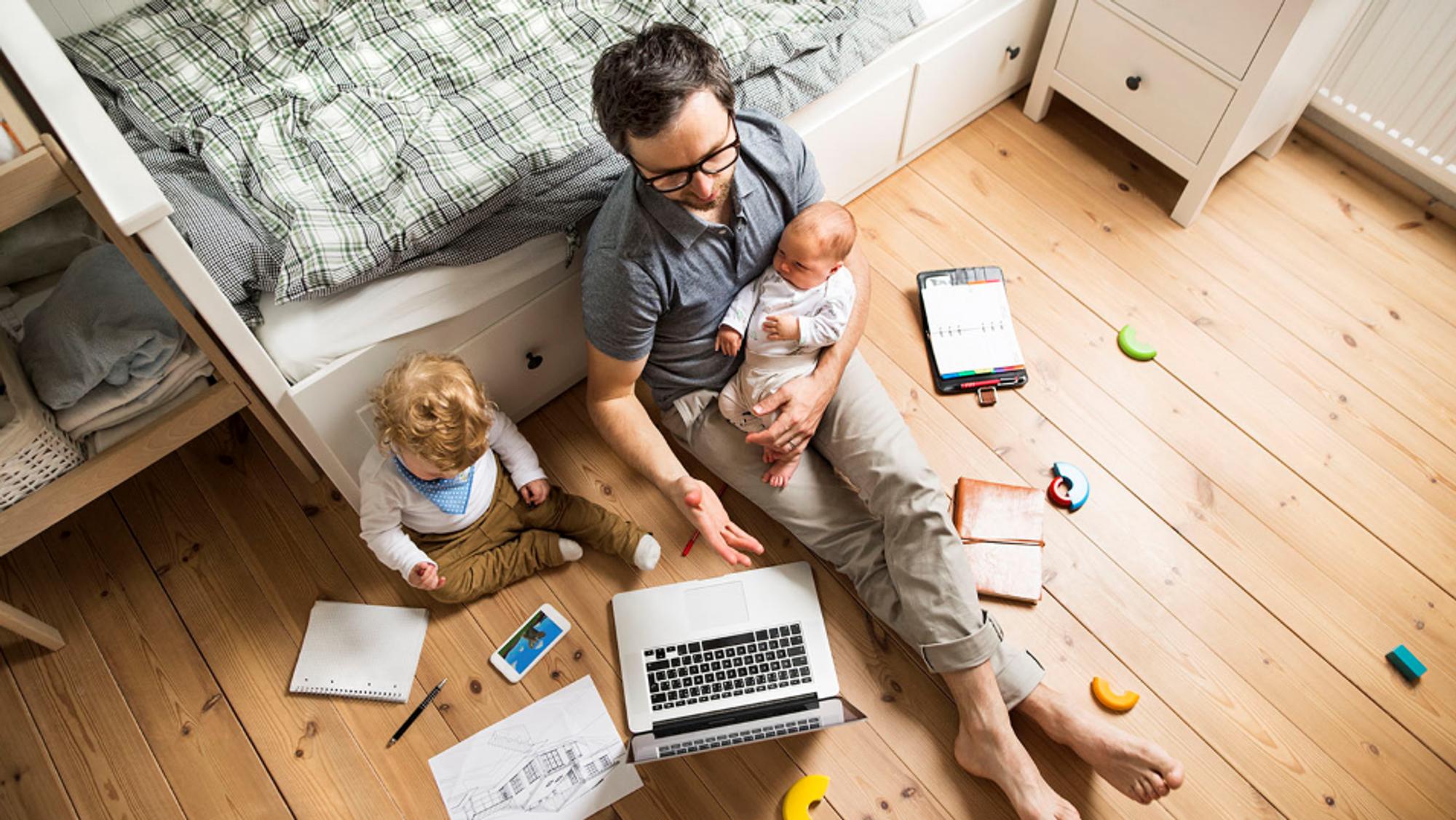 Mange prøver å få dagen til å gå opp med barn og hjemmekontor. Tiden du bruker på barna gir rett til permisjon.