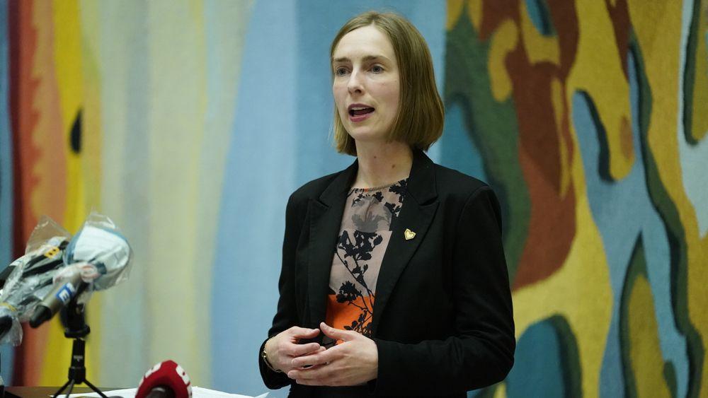 Næringsminister Iselin Nybø (V) på pressekonferanse om tiltakspakken for luftfarten som ble holdt i Vandrehallen i Stortinget torsdag kveld.