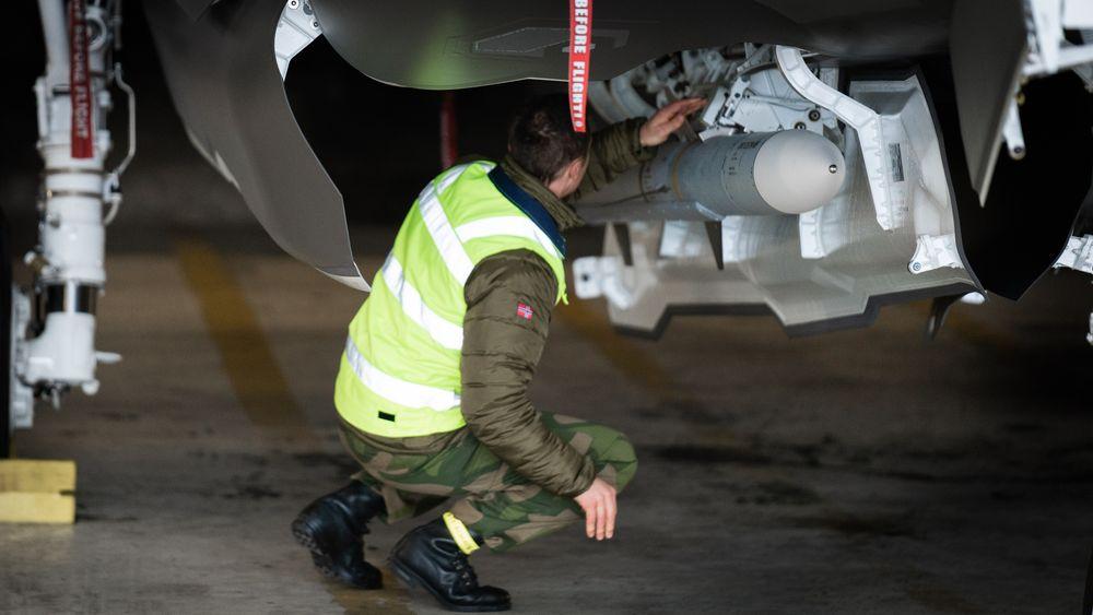 På hver side av våpenrommet på F-35A er det plass til ett JSM i tillegg til et Amraam luft-til-luft-missil (avbildet).