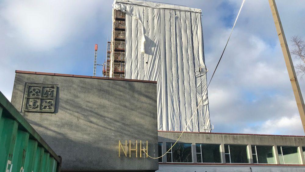 Norges handelshøyskole - med høyblokken innpakket for rehabilitering er så langt fornøyd med å være under Statsbyggs vinger.