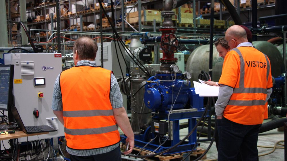 Industrien er avhengig av underleverandører for å opprett holde produksjonen og at kunder ikke utsetter eller avbestiller.