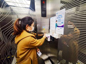 I heisene er det innført begrensinger på antall passasjerer, og det er gjort tiltak for å hindre smitte via knappene.