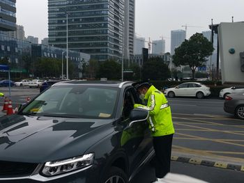 Alle som kommer kjørende til jobb må gjennom temperatursjekk. Bilene desinfiseres i løpet av dagen.