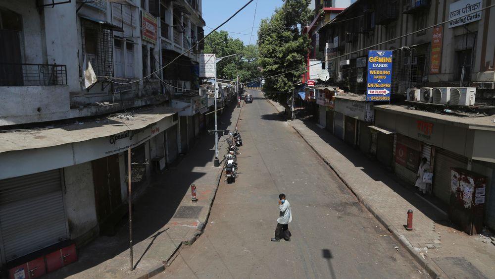 Det er stille i de ellers travle gatene i Mumbai i India søndag