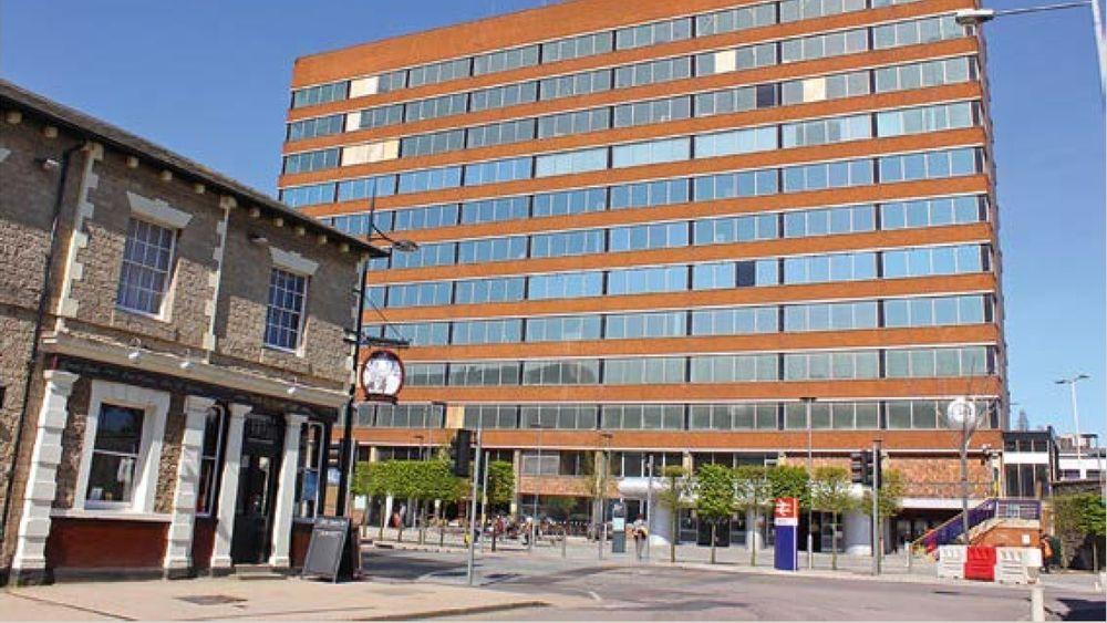 Et radisjonelt engelsk bygg og et nyere bygg i byen Swindon brukes i rapporten som eksempel på motsetninger som nå skal fjernes.