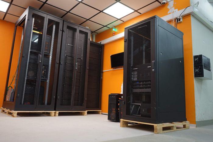 Kristoffer Alm og Stian Andersen har blitt nødt til å leie et eget rom for å få plass til alt utstyret.