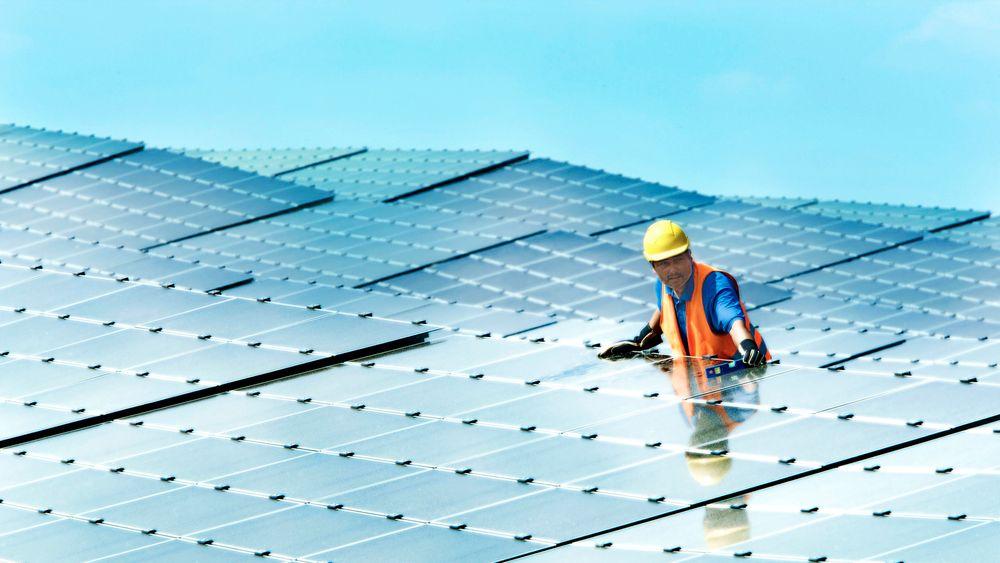 Regjeringer over hele verden lager nå tiltakspakker for å hjelpe næringslivet. Disse bør støtte opp om solenergi, vindkraft, hydrogen og karbonfangst, mener IEA.