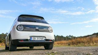 Honda E er Hondas første rene elbil. Den har retroinspirasjon, men er i aller høyeste grad moderne.