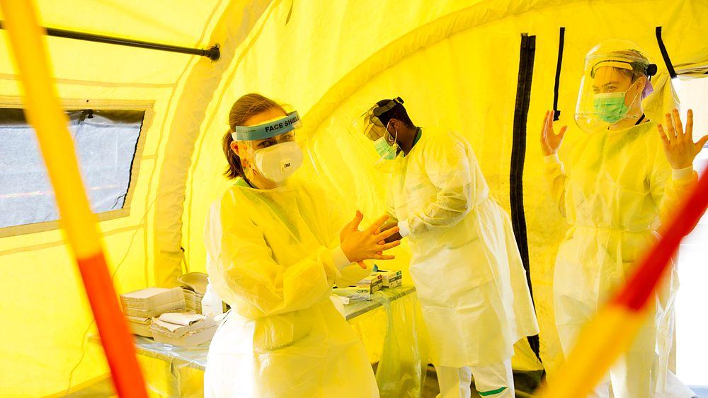 Et stort antall helsearbeidere gjør en heltemodig innsats ved at de står for testing og analyser av prøver for å kartlegge smitten av SARS-CoV-2 som er det nye navnet på koronaviruset. Her er det medisinstudenter ved et testmottak i Bergen.