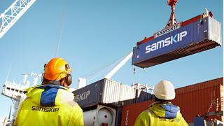 Container løftes om bord på et containerskip fra rederiet  Samskip.