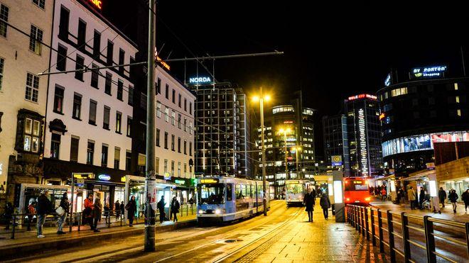 Nattbilde fra Jernbanetorget i Oslo sentrum.