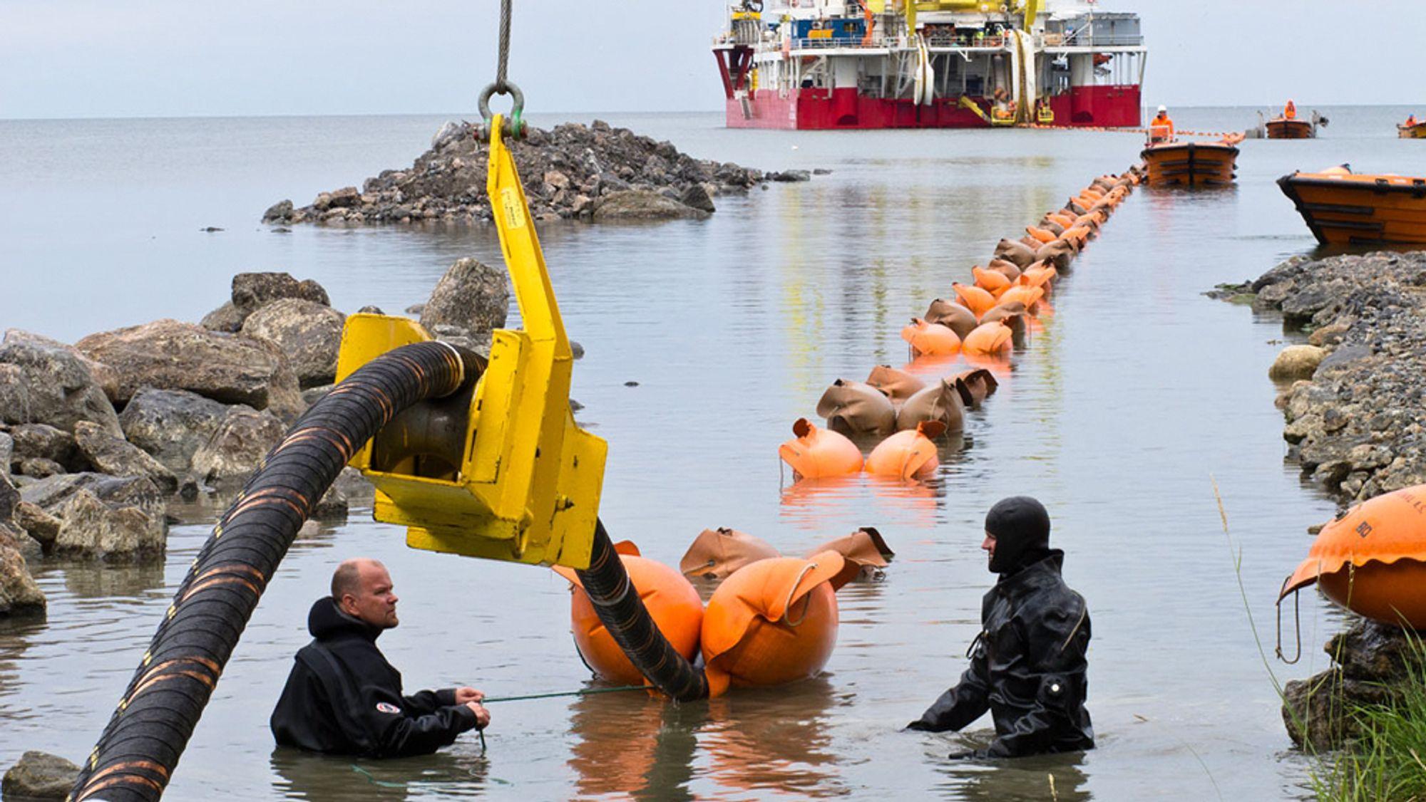 Olje- og energiminister Tina Bru utsetter behandlingen av kraftkabelen Northconnect mellom Norge og Skottland. Bildet er fra byggingen av Fennoskan, en kraftkabel mellom Dannebo i Sverige og Rauma i Finland.