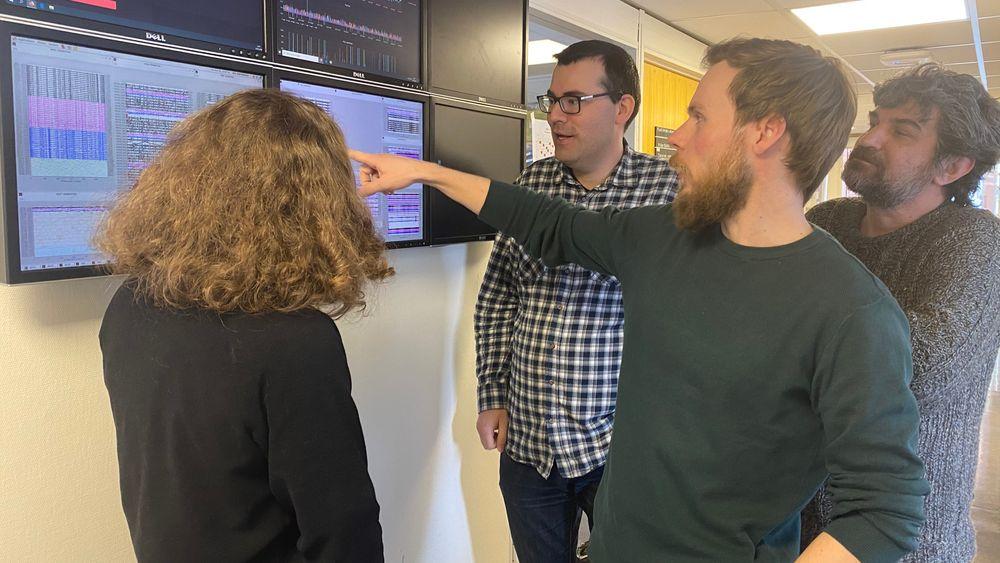 GJengen bak det nye jordskjelvkartet (fra venstre): Nadege Langet, seismolog, Andreas Kohler, seismolog, Steffen Mæland, maskinlæringsforsker, og Kamran Iranpour, geofysiker (i tillegg var jordskjelvforsker Abdelghani Meslem med).
