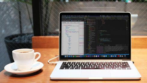 PC med kodeeditor på skjermen.