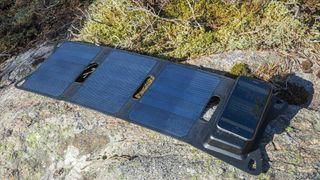 Denne løsningen inkluderer et solcellepanel, et batteri og en mobiltelefon som lader. Ingenting er koblet sammen med kabel.