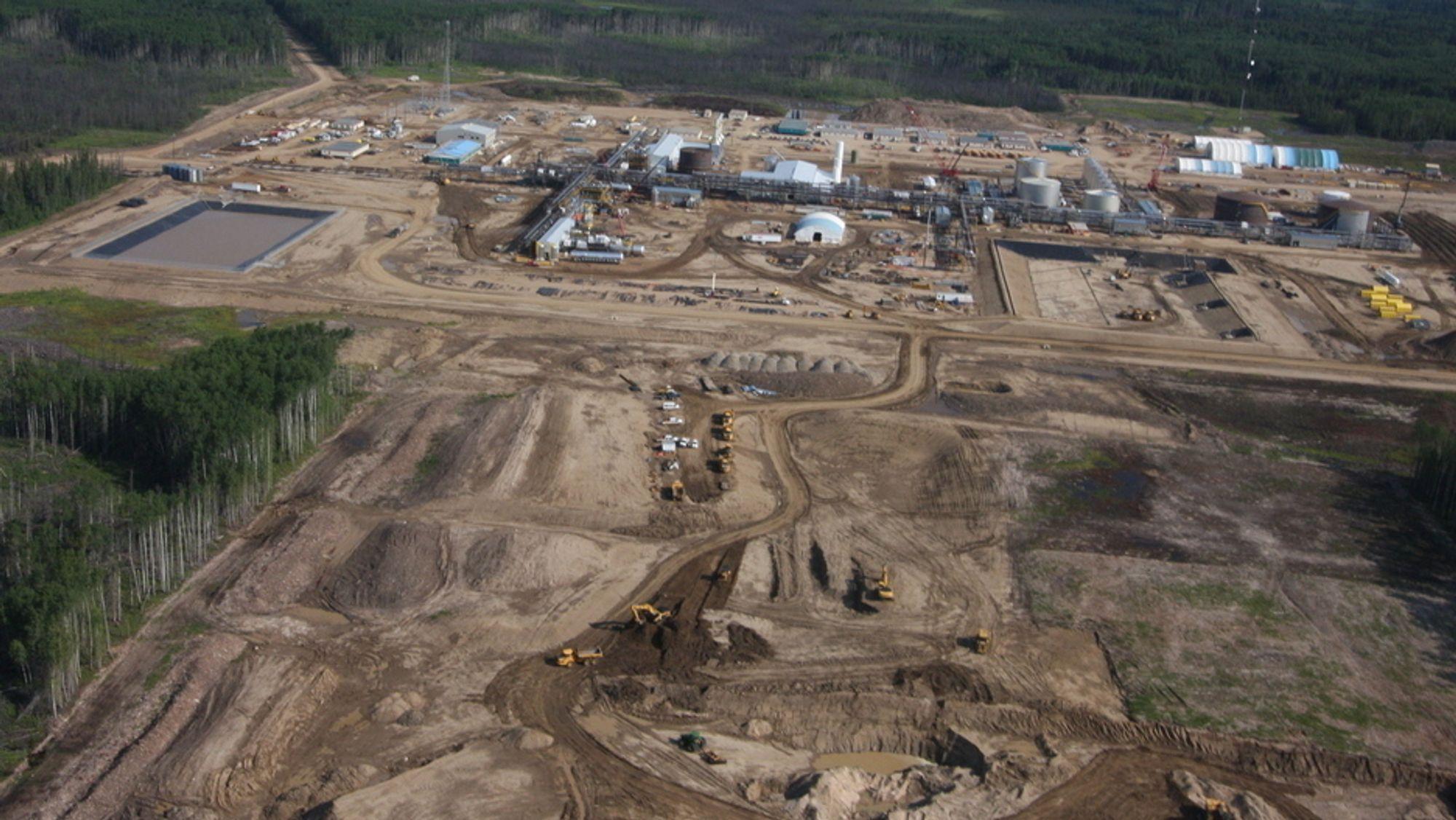 Canadiske selskaper har forpliktet seg til å sende en viss mengde råolje til Texas. Men med dagens priser er frakten dyrere enn prisen de får for oljesand-oljen.