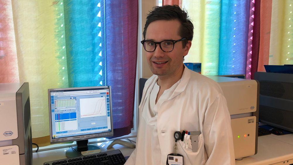 Tore Taksdal Stubhaug er overlege ved mikrobiologisk avdeling på Sykehuset i Vestfold. På grunn av kritisk mangel på reagenser må han be legene om å begrense antall avføringsprøver. Det angår testing av vanlige sykdommer som noro- og rotavirus, og parasitter som giardia.