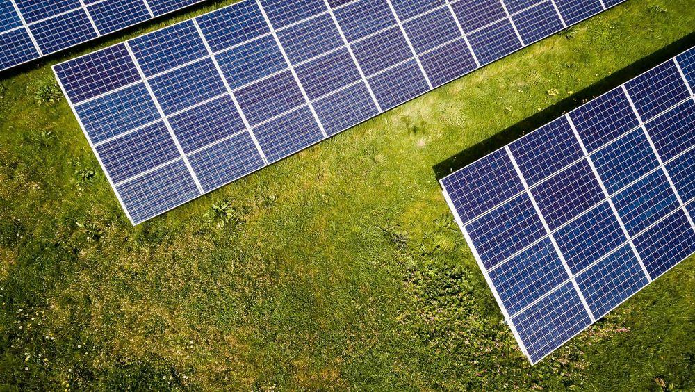 Norsk solcelleindustri har ikke klart å øke produksjonen i takt med markedsveksten. Det er markedskreftene som bestemmer om vi skal nå våre utslippsmål eller ikke, påpeker innsenderne.