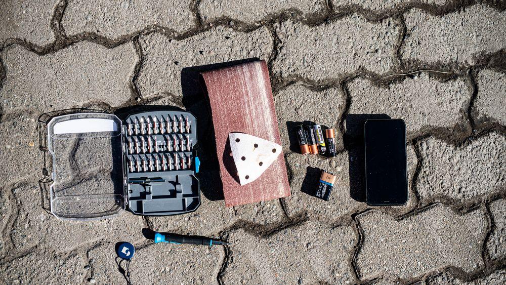 Batteriet på postkasselåsen var flatt. Derfor trengte jeg både sandpapir, skrutrekker, 9V-batteri, AA-batteri, mobiltelefon og nøkkelbrikke for å hente posten fra postkassa.