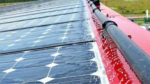 Kjøler ned solceller med vann