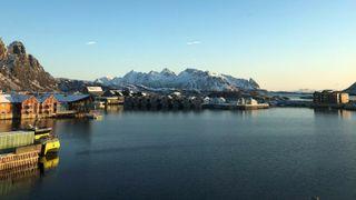 Landstrøm til skip ved kai og grønnere havnedrift er blant de ambiøse målsetningene i et samarbeidsprosjekt mellom havner i Lofoten og lokale nettselskap. Illustrasjonsbilde fra Svolvær havn.