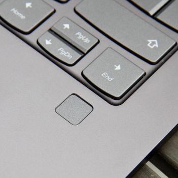 Fingeravtrykksleseren gjør det kjapt og enkelt å logge inn på PC-en.
