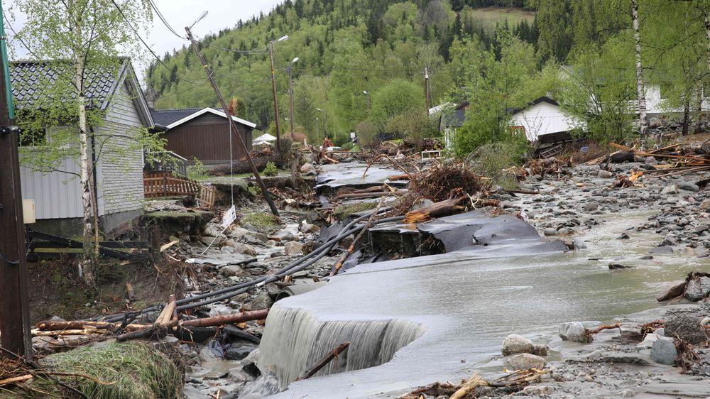 Fra Kvam i Gudbrandsdalen hvor elven Veikleåa raserte et boligområde og E6 i flommen i mai 2013.