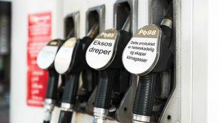 En gruppe britiske helse- og miljøakademikere etterlyser helseadvarsler på fossilt brennstoff.