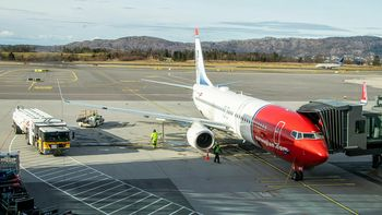 En Norwegian Boeing 737-8JP-maskin under tanking ved Bergen lufthavn, Flesland.