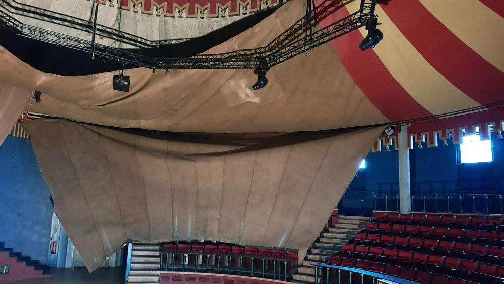 Sånn ser det foreløpig ut i den største konsertsalen på Samfundet i Trondheim. Strieduken, som er malt rødstripete, er i ferd med å rase sammen og ta med seg en god del teknisk utstyr på veien.
