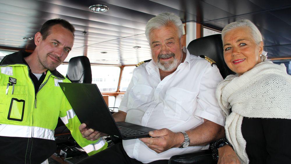 MS Utsira var første fartøy som fikk elektronisk sertifikat. Styrmann Tor Erling Skare og kaptein Toralv Austrheim er godt fornøyde med å ha elektroniske fartøyssertifikat om bord . Her sammen med rådgiver Tove Aarekol i Sjøfartsdirektoratet.