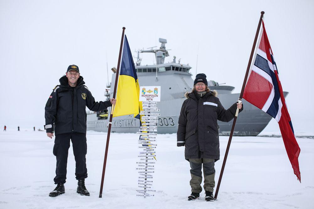 Skipssjef Geir-Magne Leinebø og ekspedisjonssjef for CAATEX Dr. Hanne Sagen på Nordpolen.