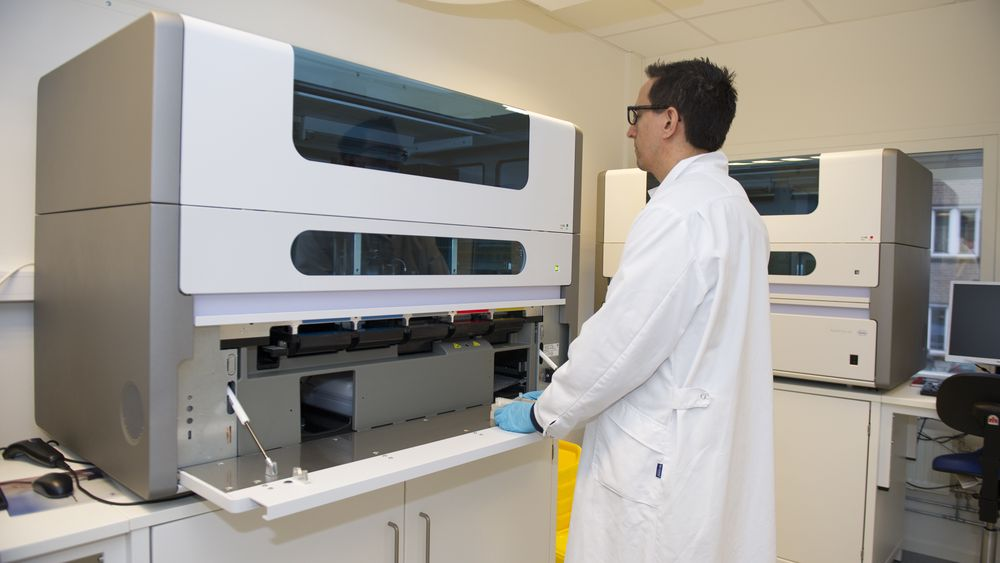 Molekylærbiolog Simon Rey er leid ut til å analysere koronatester for sykehuset i Drammen. Her er han i sin egentlige jobb som fiskebiolog.
