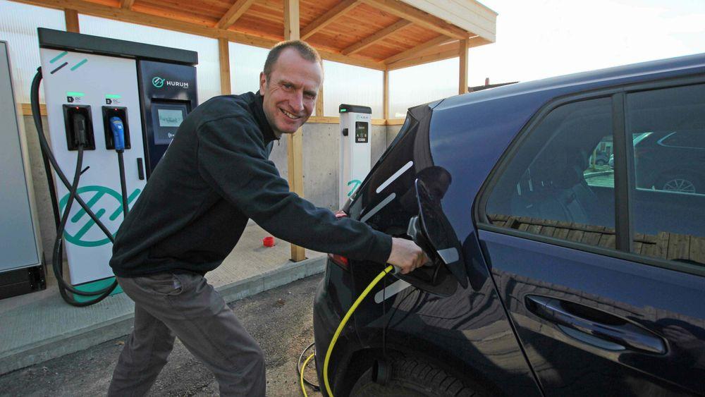 Christian Aakermann, daglig leder i Hurum Kraft, betaler nå nye kunder for å bruke strøm. – Vi har vurdert å stoppe tilbudet, men det gjelder ut påsken, sier Aakermann.