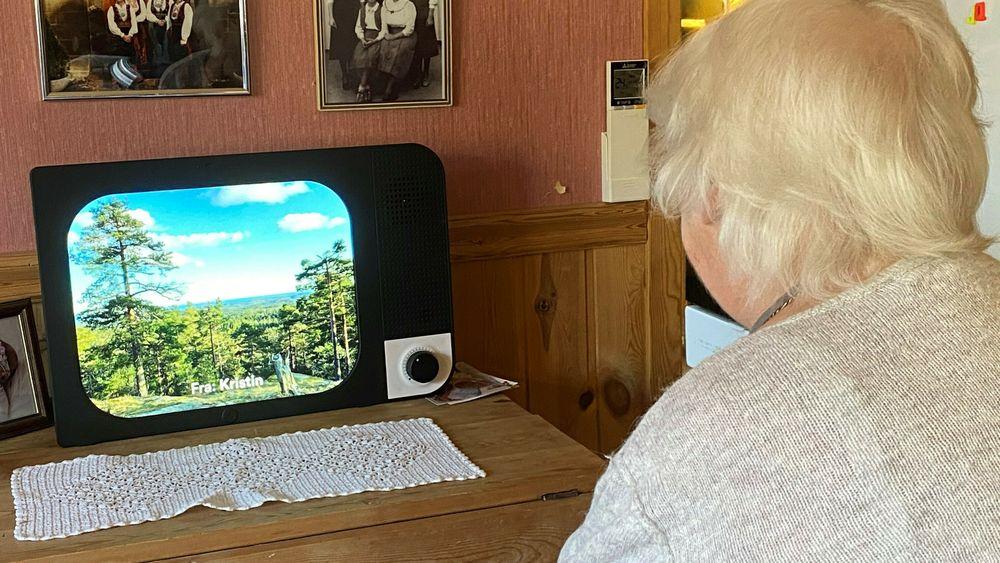 Gjennom KOMPen får Julie Hagane i Bamble bilder og korte tekstmeldinger fra familien. KOMPen har bare én stor bryter og når skjermen skrus på, starter bildekarusellen automatisk. Familien sender inn bilder via en app. Det går også an å bruke skjermen til videosamtale.