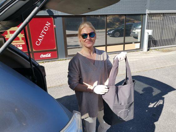LEVERINGSKLARE: Camilla Kolbræk sto på farten til å levere påskeposer på Nordstrand tirsdag denne uken. Nå satser på hun på posesalg resten av påsken.