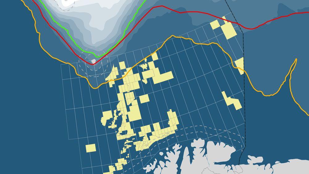 Den gule linjen er iskanten Greenpeace og de miljøfaglige instansene vil ha. Dersom den blir vedtatt ligger åtte oljelisenser innenfor iskantsonen. Rød linje viser isfrekvens på 30 prosent av aprildagene 1967-1989, mens grønn linje viser isfrekvens på 30 prosent av aprildagene 1988-2017.