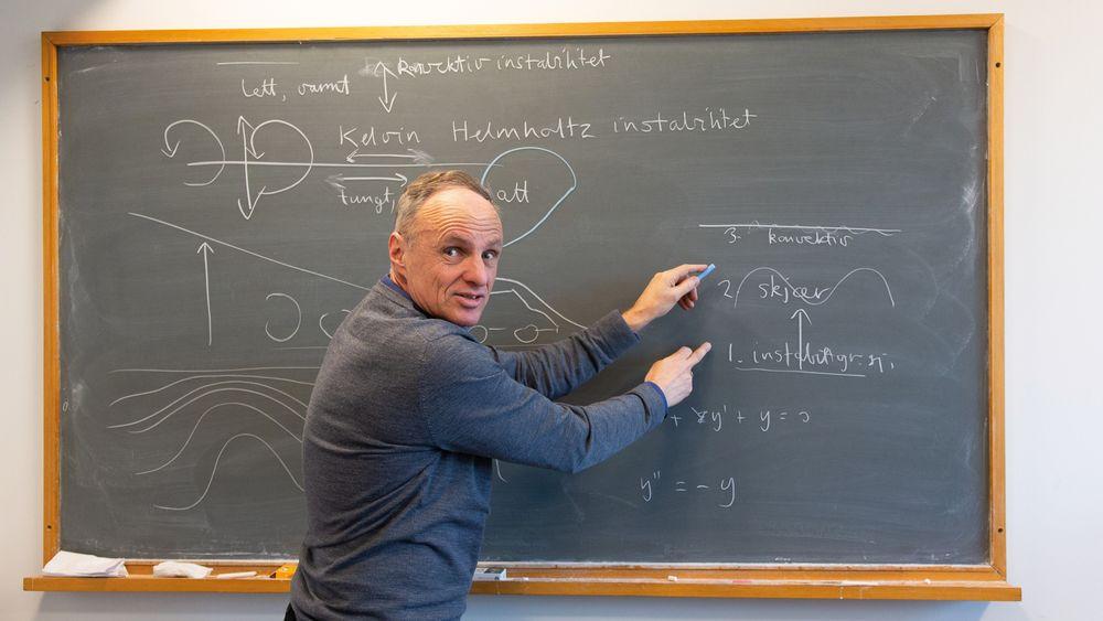 John Grue, en av landets fremste bølgeforskere, utvikler nå helt ny matematikk for å forstå hvordan brytningen av undervannsbølgene blander vannmassene i havet.