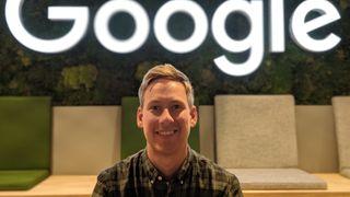 Daniel Aasen Andersen foran mose-veggen på Google-kontoret i Oslo.