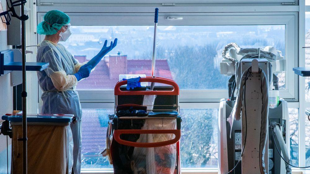 Nasjonalt var i alt 250 pasienter innlagt på norske sykehus med påvist covid-19 onsdag. 70 pasienter behandles i respirator, noe som er sju færre enn dagen før.