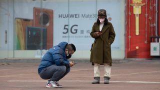 Konspirasjonsteorier om korona får folk til å sette fyr på 5G-master