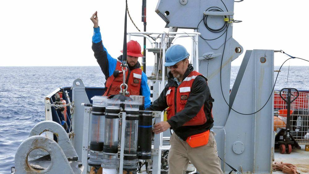 Marinkjemiker Ken Buesseler (til høyre) ombord på forskningsfartøyet Roger Revelle på ekspedisjon i Alaskagulfen i 2018. Buesseler forsker på hvordan havene påvirker klimaet, og har funnet at de kan ta opp langt mer karbondioksid enn vi tidligere har antatt.
