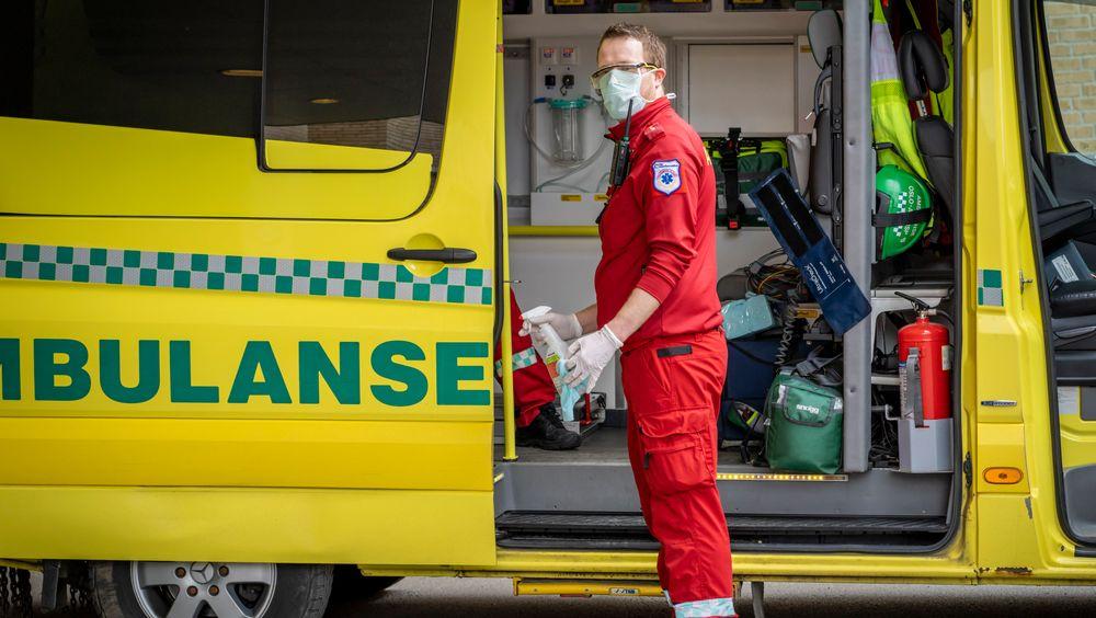 En ambulanseansatt med smittevernutstyr utenfor Ullevål universitetssykehus