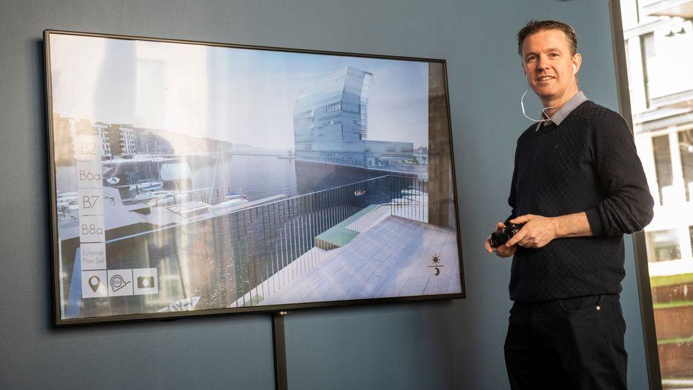 Her har eiendomsmegler Lars Bratseth «landet» på en terrasse i boligprosjektet Vannkunsten i Bjørvika i Oslo.
