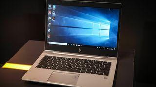 Bærbar PC med Windows 10 på skjermen.